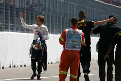 Sebastian Vettel, Red Bull Racing parado en la pista después de la línea de meta