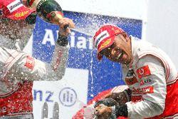 Podio: ganador de la carrera Lewis Hamilton, McLaren Mercedes y el segundo lugar Jenson Button, McLa