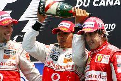 Подиум: Льюис Хэмилтон, победитель, и Дженсон Баттон, второе место, McLaren, и Фернандо Алонсо, трет