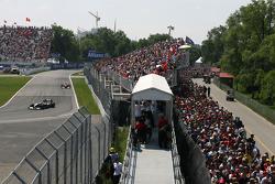 Une foule immense à portée de main