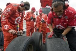 Earnhardt Ganassi l'équipe vérifie les pneus