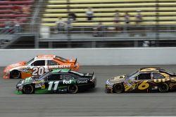 Denny Hamlin, Joe Gibbs Racing Toyota et David Ragan, Roush Fenway Racing Ford