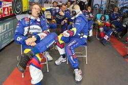 Hugues de Chaunac et Team Oreca Matmut membres de l'équipe tandis que la #4 Team Oreca Matmut Peugeot 908 est toujours en course