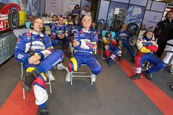 Hugues de Chaunac et Team Oreca Matmut les membres de l'équipe regardent la fin de la course pendant