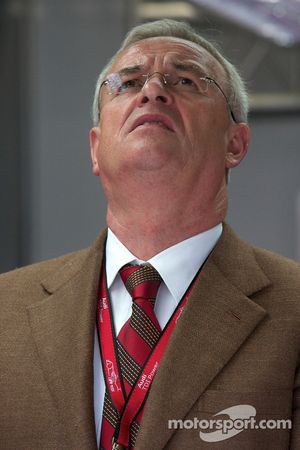 Président du Conseil d'Administration de VAG Martin Winterkorn regarde la fin de la course tandis que la dernière Peugeot 908 abandonne