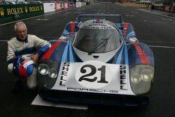 Gérard Larrousse après avoir piloté la Porsche 917 LH restaurée par ACO dans la voie des stands
