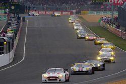 Start: #52 Young Driver AMR Aston Martin DBR9: Christoffer Nygaard, Tomas Enge, Peter Kox aan de lei