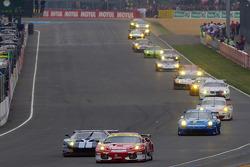 Start: #95 AF Corse Ferrari F430 GT: Giancarlo Fisichella, Jean Alesi, Toni Vilander and #61 Matech