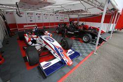 De F2-wagen van Jolyon Palmer in de paddock