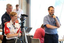 Simon Melluish interviewt de rijders in de persconferentie