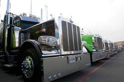 Les camions alignés devant les garages
