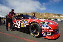 #14 Chevrolet poussée par l'équipe à l'inspection