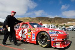 #42 Target Chevrolet poussée par l'équipe à l'inspection