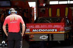 Un membre de l'équipe regarde la #1 McDonald's Chevrolet