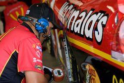 Un membre de l'équipe travaille sur la #1 McDonald's Chevrolet