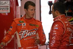 Kasey Kahne, Richard Petty Motorsports Ford et Juan Pablo Montoya, Earnhardt Ganassi Racing Chevrole