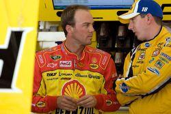 Kevin Harvick, Richard Childress Racing Chevrolet et Kyle Busch, Joe Gibbs Racing Toyota