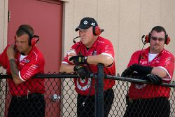 L'équipe regarde la #42 sur la piste