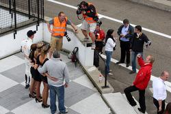Les photographes mitraillent le vainqueur Dean Stoneman