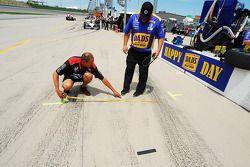un membre d'équipes du Dreyer et Reinbold Racing prend des mesures