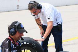 Gil de Ferran jette un oeil aux pneus