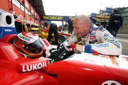 Sergey Afanasiev reçoit des conseils du pilote WTCC Andrei Romanov, Liqui Moly Team Engstler