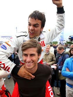 Sergey Afanasiev reçoit un sac de Nicola de Marco