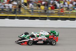 Tony Kanaan, Andretti Autosport, y Helio Castroneves, Team Penske