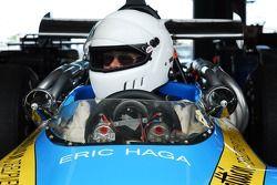 Eric Haga bereidt zich voor op de kwalificatie met de 1970 Lola T190 F5000.