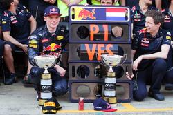 Победитель гонки - Макс Ферстаппен, Red Bull Racing  празднует с командой