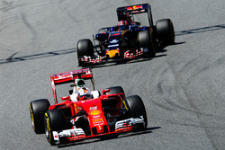 Sebastian Vettel, Ferrari SF16-H ahead of Daniil Kvyat, Scuderia Toro Rosso STR11