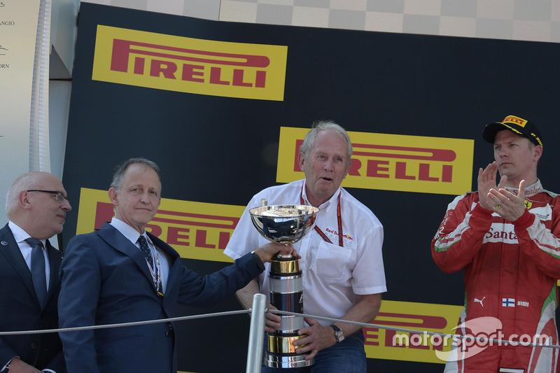 Доктор Хельмут Марко, консультант Red Bull Motorsport, празднует на подиуме