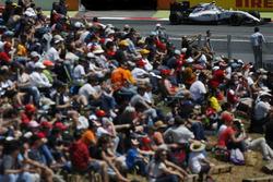 Valtteri Bottas, Williams FW38, fährt an Fans vorbei