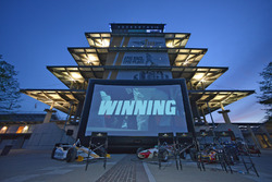La Panasonic Pagoda Plaza pronta per la proiezione del film Winning all'Indianapolis Motor Speedway