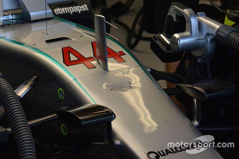 Il muso danneggiato della Mercedes AMG F1 W07 Hybrid of Lewis Hamilton