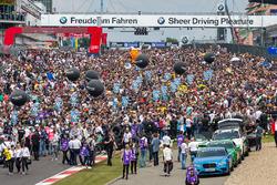 Spectators on the grid