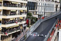 Lewis Hamilton, Mercedes AMG F1 W07 Hybrid pas a su compañero Nico Rosberg, Mercedes AMG F1 W07 Hybrid