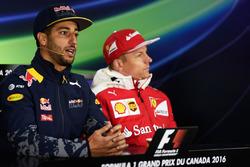 (Da Sx a Dx): Daniel Ricciardo, Red Bull Racing e Kimi Raikkonen, Ferrari nella conferenza stampa FIA