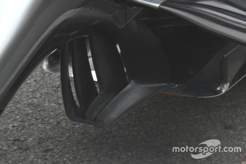 Detalle del alerón trasero de Mercedes AMG F1 W07 híbrido