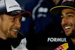 Daniel Ricciardo, Red Bull Racing et Jenson Button, McLaren discutent lors de la conférence de presse de la FIA