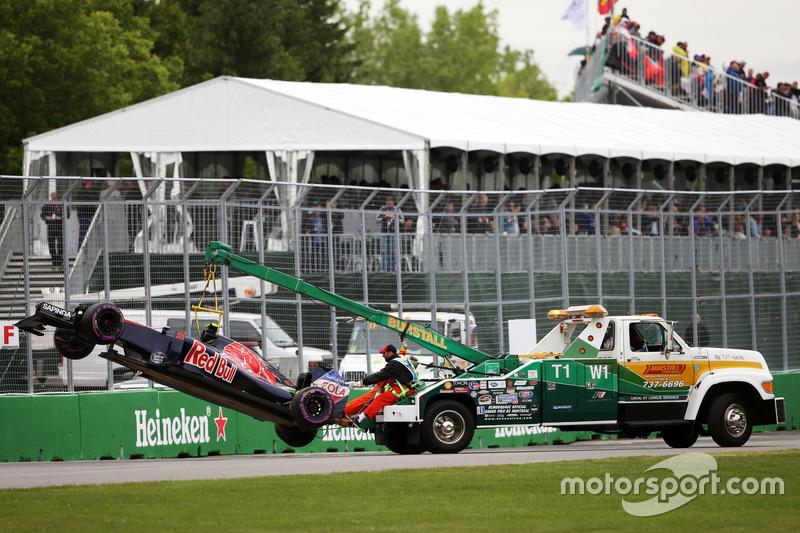 La Scuderia Toro Rosso STR11 di Carlos Sainz Jr., Scuderia Toro Rosso viene riportata ai box sul retro di un camion dopo l'incidente nelle qualifiche