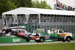 The Scuderia Toro Rosso STR11 Карлоса Сайнса-молодшого, Scuderia Toro Rosso  повертається назад в бокси в кузові вантажівки після аварії під час кваліфікації