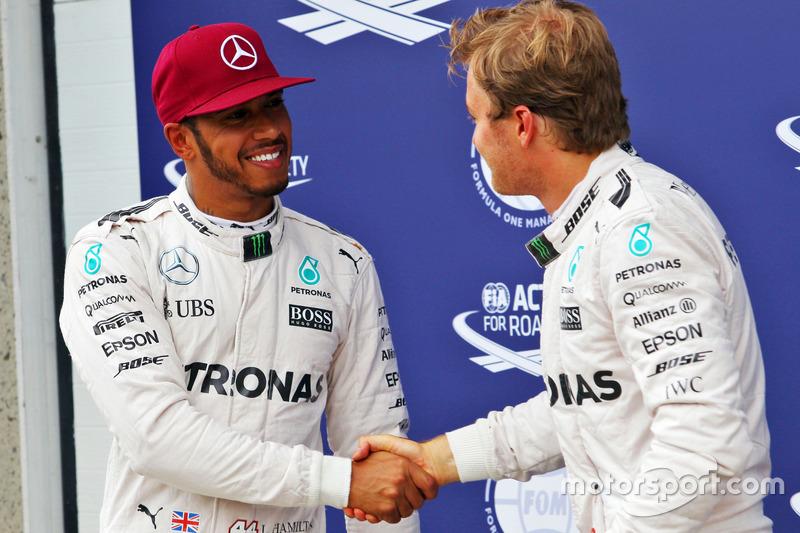 (Da Sx a Dx ): Lewis Hamilton, Mercedes AMG F1 festeggia la sua pole position con il terzo qualificato e compagno di squadra Nico Rosberg, Mercedes AMG F1 nel parco chiuso