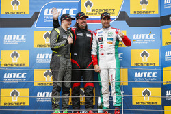 Podium Yokohama trophy: Ferenc Ficza, Honda Team Zengo, Honda Civic WTCC; James Thompson, All-Inkl Motorsport, Chevrolet RML Cruze TC1; Mehdi Bennani, Sテゥbastien Loeb Racing, Citroテォn C-Elysテゥe WTCC