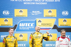 Podio: il vincitore della gara Gabriele Tarquini, LADA Sport Rosneft, Lada Vesta; il secondo classificato Nicky Catsburg, LADA Sport Rosneft, Lada Vesta; il terzo classificato Yvan Muller, Citroën World Touring Car Team, Citroën C-Elysée WTCC