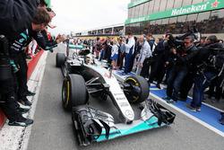 Победитель гонки - Льюис Хэмилтон, Mercedes AMG F1 W07 Hybrid заезжает в закрытый парк