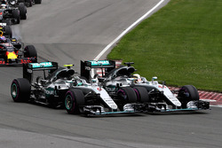 Lewis Hamilton, Mercedes AMG F1 W07 Hybrid y Nico Rosberg, Mercedes AMG F1 W07 Hybrid hacen contacto en la curva 1