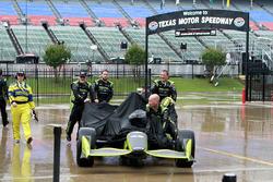 Des mécaniciens du Chip Ganassi Racing sous la pluie