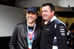 El actor Javier Bardem con Eric Boullier, McLaren Racing Director