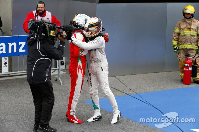 Ganador de la carrera Lewis Hamilton, Mercedes AMG F1 celebra en parc ferme con Sebastian Vettel, Ferrari